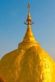 金黄岩石或Kyaiktiyo塔有蓝天背景,缅甸 库存照片