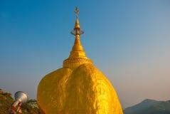 金黄岩石或Kyaiktiyo塔有蓝天背景,缅甸 免版税库存图片
