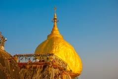 金黄岩石或Kyaiktiyo塔有蓝天背景,缅甸 免版税库存照片