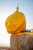 金黄岩石或Kyaiktiyo塔 缅甸 免版税库存图片