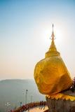 金黄岩石或Kyaiktiyo塔 缅甸 库存图片
