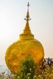 金黄岩石或Kyaiktiyo塔 缅甸 库存照片