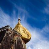 金黄岩石,神圣的佛教地方在Kyaiktiyo,缅甸(缅甸) 库存照片