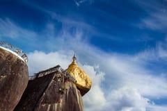 金黄岩石,神圣的佛教地方在Kyaiktiyo,缅甸(缅甸) 免版税库存照片