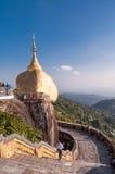 金黄岩石,缅甸- 2014年2月21日:Kyaiktiyo塔 免版税库存图片