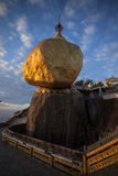 金黄岩石,缅甸 库存图片