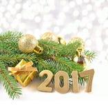2017年金黄形象和云杉的分支和圣诞节decorat 库存照片