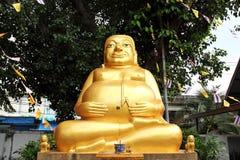金黄愉快的肥胖菩萨雕象 库存照片