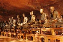金黄教士雕象有岩石背景 免版税库存照片