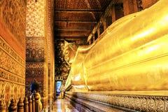 金黄斜倚的菩萨, Wat Pho泰国 库存照片