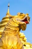金黄新颖的狮子在Wat Phra那Sri Jomthong在Chiangmai 免版税库存图片
