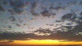 金黄日出和消散云彩 库存图片