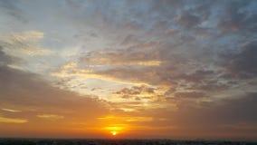 金黄日出和美丽的天鹅绒云彩 库存照片