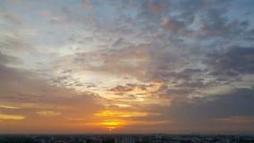 金黄日出和美好的反射光 免版税库存照片