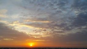 金黄日出和美好的反射光 库存照片