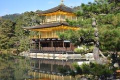 金黄日本寺庙 免版税库存照片