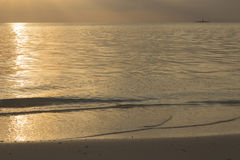 金黄日落在印度洋 库存图片