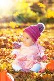 金黄柔光的逗人喜爱的秋天女婴 库存图片