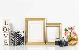 金黄画框、玫瑰色花和葡萄酒照相机 减速火箭的猪圈 图库摄影