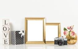 金黄画框、玫瑰花和葡萄酒照相机 减速火箭的d 免版税图库摄影