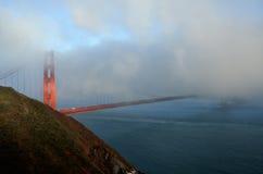 金黄桥梁有雾的门 免版税图库摄影