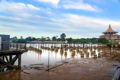 金黄桥梁的建筑在沙捞越河的在古晋 库存图片