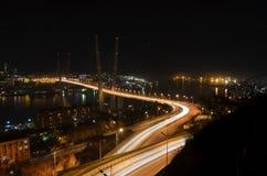 金黄桥梁符拉迪沃斯托克在晚上 库存照片