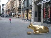 金黄母牛雕塑 图库摄影