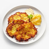 金黄油煎的土豆Rosti服务用苹果酱 库存照片