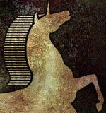 金黄独角兽头,在石仿制黑暗的背景 免版税库存照片