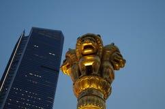 金黄狮子石头在Jingansi寺庙前面的 免版税库存图片