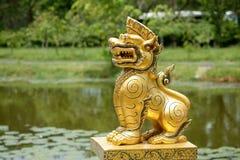 金黄狮子雕象 库存照片