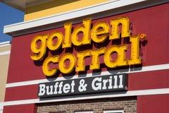 金黄畜栏自助餐和格栅的外部标志 免版税库存图片