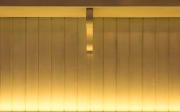 金黄轻的木表面作为纹理背景 免版税库存图片