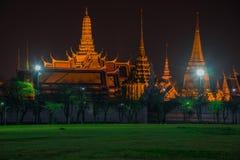 金黄盛大宫殿夜视图在曼谷,泰国 免版税库存图片