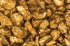金黄矿块特写镜头 木背景详细资料老纹理的视窗 免版税库存图片