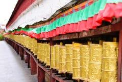 金黄祷告打鼓在拉萨,西藏街道的行  免版税库存图片