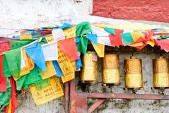 金黄祷告打鼓在拉萨,西藏街道的行  库存照片