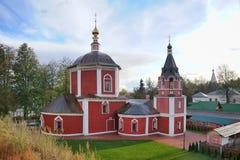 金黄秋天季节的-苏兹达尔都市风景Uspenskaya教会- 图库摄影