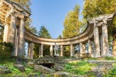 金黄秋天时间的在Pavlovsk公园,俄罗斯阿波罗柱廊 库存图片