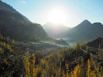 金黄秋天Hunza谷和Altit堡垒在薄雾, Karimabad,巴基斯坦 免版税库存照片