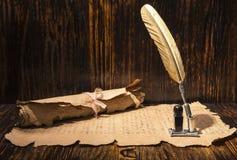 金黄笔和古老原稿 库存照片