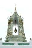 金黄等腰的结构,精美被绘泰国寺庙门入口和狮子历史的中国石雕塑 免版税库存图片