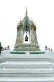 金黄等腰的结构,精美被绘泰国寺庙门入口和狮子历史的中国石雕塑 图库摄影