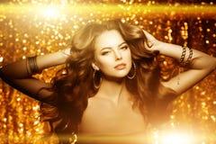 金黄美丽的时尚妇女,与发光的健康长的v的模型 免版税库存照片