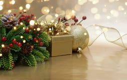 金黄背景的圣诞节 免版税图库摄影