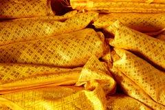 金黄背景的颜色古老纺织品纹理 库存照片