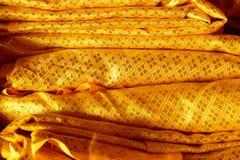 金黄背景的颜色古老纺织品纹理 免版税库存照片