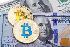 金黄黄色和蓝色bitcoin特写镜头在一百美元的禁令 图库摄影