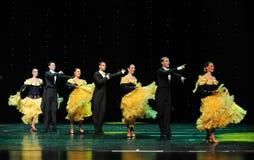 金黄黄色裙子这法国康康舞这奥地利的世界舞蹈 库存图片